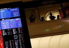 La Bourse de Tokyo a fini en repli vendredi. L'indice Nikkei a perdu 0,45%. /Photo prise le 4 janvier 2017/REUTERS/Kim Kyung-Hoon