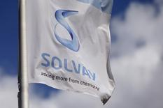 """Le chimiste belge Solvay s'attend à une croissance de son bénéfice brut d'environ 5% cette année (""""mid-single digit"""") après avoir fait état vendredi d'une marge record de 21% en 2016, en hausse de deux points. /Photo d'archives/REUTERS/François Lenoir"""
