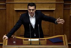 El primer ministro de Grecia, Alexis Tsipras, habla en el parlamento de Atenas, Grecia. 24 de febrero 2017. Una revisión clave de los acreedores internacionales de Grecia sobre los avances del país en su programa de rescate estará concluida antes del 20 de marzo, dijo el viernes el primer ministro Alexis Tsipras. REUTERS/Alkis Konstantinidis