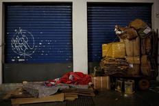 Un desamparado durmiendo en una calle en Sao Paulo, jun 13, 2016. La tasa de desempleo de Brasil subió mucho más de lo esperado en el trimestre móvil terminado en enero debido a una recesión severa que ha dejado a un récord de casi 13 millones de personas sin trabajo, mostraron el viernes datos del Gobierno.  REUTERS/Nacho Doce