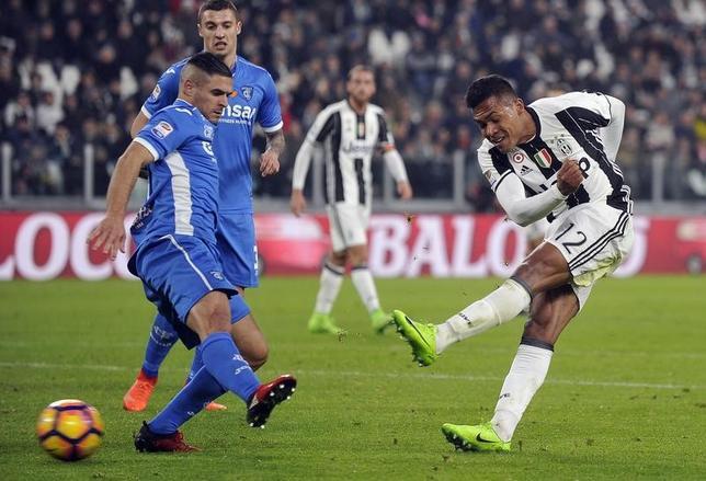 2月25日、サッカーのイタリア・セリエA、首位ユベントスはエンポリに2─0で快勝。アレックス・サンドロ(右)がゴールを決めた(2017年 ロイター/Giorgio Perottino)
