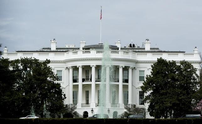 2月26日、米ホワイトハウスは27日、トランプ大統領が公約した国防支出拡大などを盛り込んだ予算案について各政府機関に通知する。写真はワシントンのホワイトハウス。昨年3月撮影(2017年 ロイター/Gary Cameron)