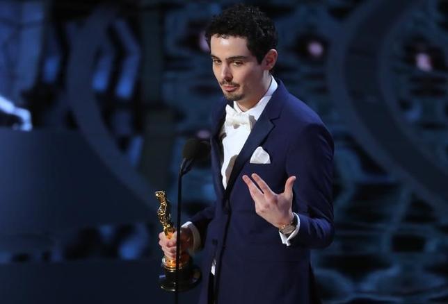 2月26日、第89回米アカデミー賞の授賞式がハリウッドで開催され、監督賞は「ラ・ラ・ランド」のデイミアン・チャゼル監督(写真)が初受賞した(2017年 ロイター/Toby Melville)