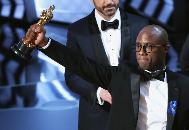 2月26日、第89回米アカデミー賞の授賞式が開催され、作品賞には「ムーンライト」が輝いた。写真右はオスカーを掲げるバリー・ジェンキンス監督(2017年 ロイター/Lucy Nicholson)