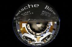 El tablero que dice Deutsche Boerse en la sala de operaciones de la bolsa de Fráncfort es fotografiado con una lente de ojo de pez en Fráncfort, Alemania. 23 de febrero 2016.La Bolsa de Acciones de Londres (LSE) dijo que es poco probable que su propuesta de fusión con Deutsche Boerse AG sea aprobada por la Comisión Europea, lo que dejó el tercer intento de combinar a los operadores del mercado bursátil al borde del fracaso. REUTERS/Kai Pfaffenbach