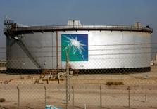 Un tanque de petróleo de Aramco durante en la ciudad de Dammam, Arabia Saudita. 11 de noviembre 2007. El primer ministro de Malasia, Najib Razak, anunció el lunes que la petrolera estatal de Arabia Saudita Saudi Aramco invertirá 7.000 millones de dólares en una refinería de petróleo y un proyecto petroquímico en el estado de Johor, en el sur de Malasia.  REUTERS/ Ali Jarekji/File Photo