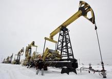 Станки-качалки на Гремихинском месторождении Удмуртнефти к востоку от Ижевска 7 декабря 2007 года. Россия, взявшая на себя обязательства в рамках договоренностей с Организацией нефтеэкспортёров (ОПЕК) сократить добычу на 300.000 баррелей в сутки в первом полугодии, снизит в феврале производство нефти больше чем на 117.000 баррелей в сутки, сказал журналистам в понедельник министр энергетики Александр Новак. REUTERS/Sergei Karpukhin