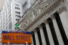 La Bourse de New York a ouvert en baisse lundi, le marché marquant une pause après la série de records des dernières semaines et à la veille d'un discours très attendu de Donald Trump. Quelques minutes après le début des échanges, l'indice Dow Jones perd 30,24 points, soit 0,15%, à 20.791,52. /Photo prise le 21 décembre 2016/REUTERS/Andrew Kelly