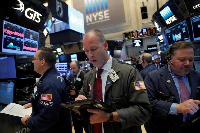 2月27日、米国株式市場は主要株価指数が小幅続伸した。ダウ工業株30種は12営業日連続で終値としての最高値を更新し、1987年の記録に並んだ。ニューヨーク証券取引所で撮影(2017年 ロイター/Andrew Kelly)