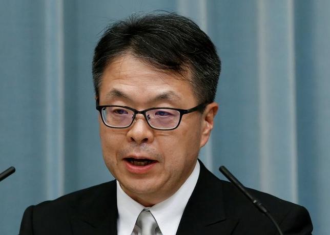 2月28日、世耕弘成経済産業相は、閣議後の会見で、ウィルバー・ロス氏の米商務長官就任が決まったことを受け「いずれかのタイミングでロス長官とは会談させていただきたい」と述べた。写真は昨年8月、首相官邸で記者会見を行った際の世耕経済産業相(2017年 ロイター/Kim Kyung-Hoon)