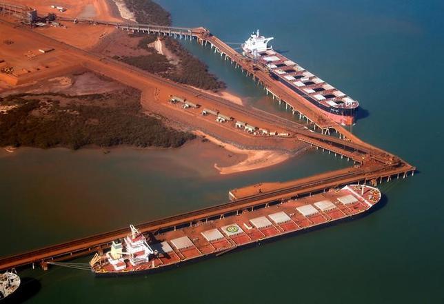 2月28日、豪連邦統計局が発表した第4・四半期の経常収支は赤字額が39億豪ドル(29億9000万ドル)と15年ぶりの低水準となった。好調な資源輸出が寄与した。写真は鉄鉱石の積み込みを待つ船舶。西オーストラリア州で2013年12月撮影(2017年 ロイター/David Gray)