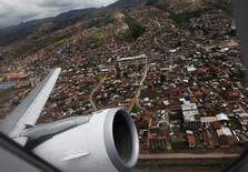 Un avión despega de la ciudad de Cuzco hacia Lima. 23 de febrero de 2012.Perú dijo el lunes que suspendió la entrega de fondos a un consorcio peruano-argentino encargado de construir un aeropuerto en la región turística del Cuzco hasta que culmine una investigación sobre el contrato por 500 millones de dólares.REUTERS/Mariana Bazo