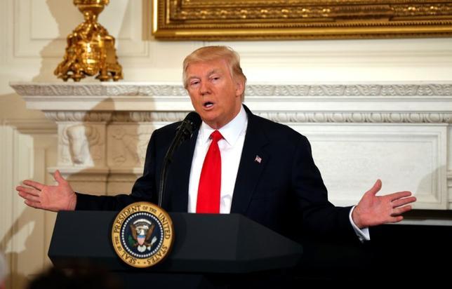 2月28日、トランプ米大統領は米FOXニュースのインタビューで、2018会計年度予算で540億ドル増額すると表明した国防費について、米経済の成長加速と非軍事分野の予算削減によって賄われるとの見解を示した。写真はワシントンで27日撮影(2017年 ロイター/Kevin Lamarque)