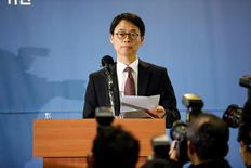 En la imagen, Lee Kyu-chul, un portavoz del fiscal especial, se dirige a los medios de comunicación durante una rueda de prensa en su oficina de Seúl, Corea del Sur. 28 de febrero de 2017.La oficina del fiscal especial de Corea del Sur dijo el martes que acusará al jefe de Samsung Group, Jay Y. Lee, y otros cuatro ejecutivos por soborno y malversación de fondos en medio de un escándalo político que ha sacudido al país. REUTERS/Kim Hong-Ji