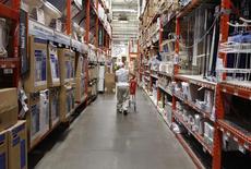 Un hombre empuja su carro en una tienda de Home Depot en Nueva York, Estados Unidos. 29 de julio 2010. El crecimiento económico de Estados Unidos se desaceleró en el cuatro trimestre de 2016, tal como se había informado previamente, cuando un robusto gasto del consumidor fue contrarrestado por revisiones a la baja en las inversiones de empresas y gubernamentales. REUTERS/Shannon Stapleton