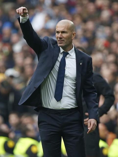 زيدان يقول ان ريال مدريد وصل القمة بفضل أدائه وليس الحكام