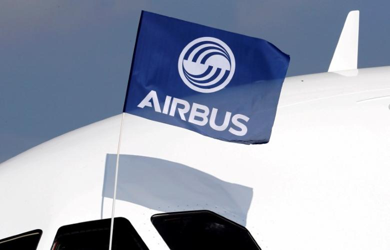 FILE PHOTO:  A flight test engineer holds an Airbus Group flag after the first flight of the Airbus A320neo (New Engine Option) in Colomiers near Toulouse, France, September 25, 2014. REUTERS/Regis Duvignau