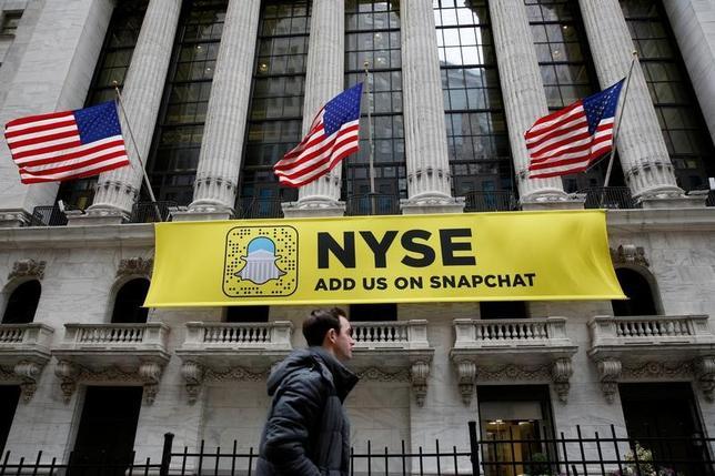 2月28日、米国株式市場は反落し、ダウ工業株30種終値の過去最高値更新は12営業日でストップした。ニューヨーク証券取引所で撮影(2017年 ロイター/Brendan McDermid/File Photo)
