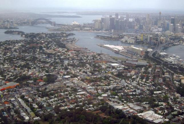 3月1日、オーストラリアの不動産コンサルタント会社、コアロジックが発表した2月の同国主要都市の住宅価格は前年同月比11.7%上昇と、2010年6月以来約6年ぶりの大幅な伸びを記録した。写真はビジネス街からシドニー郊外に広がる住宅地。昨年9月撮影(2017年 ロイター/David Gray)