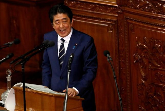 3月1日、安倍晋三首相は参院予算委員会で、デフレ脱却のスピードを速めるためにも、低金利環境を生かした財政政策が大切との認識を示した。西田昌司委員(自民)の質問に答えた。写真は1月、第193回国会で施政方針演説を行う安倍首相(2017年 ロイター/Toru Hanai)