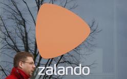 Zalando, le numéro un européen de la vente de prêt-à-porter en ligne, a annoncé mercredi son intention d'investir massivement en 2017 et de créer plus de 2.000 emplois, le groupe allemand effectuant une incursion dans les magasins en dur avec l'acquisition du distributeur de chaussures de sport Kickz. /Photo d'archives/REUTERS/Fabrizio Bensch
