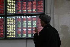 Инвестор смотрит на табло с данными о торгах в брокерском доме Шанхая. Китайские фондовые индексы повысились по итогам торгов среды после выхода лучших, чем ожидалось, результатов исследований производственной активности, однако во второй половине дня рост котировок ограничила фиксация прибыли инвесторами. REUTERS/Aly Song  (CHINA - Tags: BUSINESS)