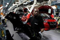 En la imagen, un empleado trabaja en la línea de ensamblaje de Nissan Micra en la fábrica de Renault en Flins, cerca de París, el 23 de febrero de 2017. El repunte de la actividad de las fábricas de la zona euro se aceleró en febrero al ritmo más rápido en casi seis años, según una encuesta publicada el miércoles, que también mostró cómo un euro más débil impulsó la demanda para exportaciones.REUTERS/Benoit Tessier