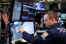 Un operador revisando un monitor poco después de la apertura del mercado en Wall Street, EEUU, ene 31, 2017.Las acciones abrieron en máximos históricos el miércoles en la bolsa de Nueva York, donde el promedio industrial Dow Jones superó la marca de 21.000 puntos por primera vez tras el tono conciliador en el discurso del presidente estadounidense, Donald Trump.  REUTERS/Lucas Jackson