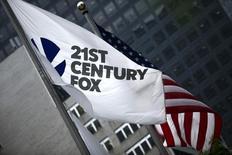 Le groupe américain Twenty-First Century Fox soumettra dans les prochains jours son offre de rachat du télédiffuseur britannique Sky, une opération de 13,9 milliards d'euros, à l'approbation de la Commission européenne. Fox pourrait soumettre sa notification à la Commission vendredi ou en début de semaine prochaine. /Photo d'archives/REUTERS/Eduardo Munoz