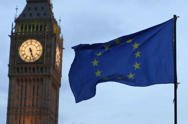 3月1日、欧州連合(EU)加盟国が、英国の離脱通告に関する首脳会議を4月第1週の後半に開催する予定であるという通知を受けたことが、EU筋の話で1日明らかになった。写真はロンドン・ビッグベンとEU旗。2月撮影(2017年 ロイター/Toby Melville)