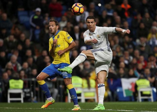 3月1日、サッカーのスペイン1部、レアル・マドリードはホームでラスパルマスと3─3で引き分けた。クリスティアノ・ロナルド(右)が2得点(2017年 ロイター/Sergio Perez)