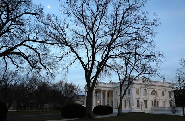 3月1日、米ホワイトハウス当局者は、ロイターに対し、トランプ政権は外国情報監視法に基づくインターネット監視プログラムが国家安全保障のために必要と考えており、プライバシー保護の観点から同法の一部を改正することを望んでいない、と語った。写真はホワイトハウスの建物。ワシントンで2月撮影(2017年 ロイター/Jim Bourg)