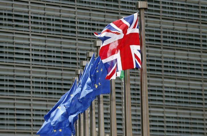 2016年6月28日,布鲁塞尔欧盟总部前的英国国旗和欧盟旗帜。REUTERS/ Francois Lenoir