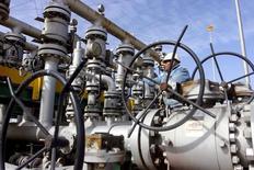 НПЗ Аль-Шейба в Басре. Цены на нефть снизились утром в четверг на фоне рекордно высокого уровня запасов сырья в США.  REUTERS/Essam Al-Sudani/File Photo