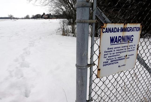 3月1日、情報筋によると、カナダと米国の当局は、米国から国境を越えて不法にカナダに入国する移民や難民への対処方法を検討している。写真は、米国から歩いてカナダに入国する難民が通った検問所。カナダのマニトバ州で撮影(2017年 ロイター/Lyle Stafford)