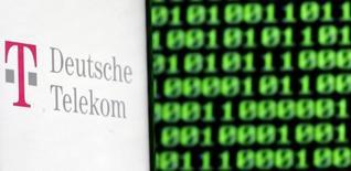 Deutsche Telekom a annoncé jeudi avoir passé une provision de 2,2 milliards d'euros pour dépréciation de sa part de 12% dans le capital du groupe britannique BT. /Photo d'archives/REUTERS/Dado Ruvic