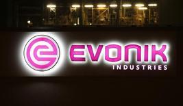Le groupe chimique diversifié allemand Evonik a annoncé jeudi un bénéfice ajusté en baisse de 13% au quatrième trimestre en raison notamment de la baisse des prix pour ses compléments alimentaires pour la volaille. /Photo d'archives/REUTERS/Fabrizio Bensch