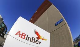El logo de Anheuser-Busch InBev en su sede en Leuven, Bélgica. 25 de febrero 2016. Anheuser-Busch InBev, la mayor cervecera del mundo, elevó el jueves su pronóstico de ahorros y beneficios de su fusión con SABMiller a 2.800 millones de dólares desde 2.450 millones de dólares y reportó unas ganancias menores que las previstas por una caída de las ventas en Brasil.REUTERS/Yves Herman/File Photo