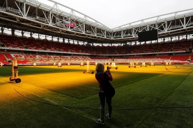 3月2日、国際サッカー連盟(FIFA)は、来年のワールドカップ(W杯)と今年のコンフェデレーションズカップ(杯)ではファンが観戦するために特別な身分証が必要になるという見通しを示した。写真は今年のコンフェデレーションズ杯や来年のW杯で使用されるスタジアム。2016年10月撮影(2017年 ロイター/Maxim Zmeyev)