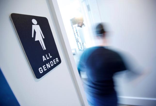 3月2日、米バージニア州の学校に通う心と体の性が一致しないトランスジェンダーの生徒が自分の望む性別のトイレの使用を求めて最高裁に上訴した件に関連し、53の企業が2日、この生徒を支援する書面に署名し、トランスジェンダーの権利を擁護した。写真は男女共用の化粧室サイン。ノースカロライナ州ダーラムで昨年5月撮影(2017年 ロイター/Jonathan Drake)