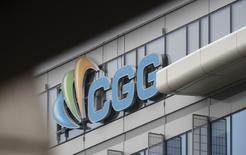 CGG a annoncé vendredi la restructuration de sa dette de 2,3 milliards de dollars, affecté par la réduction drastique des investissements des majors pétrolières après plusieurs années de forte baisse des cours du brut. /Photo d'archives/REUTERS/Christian Hartmann