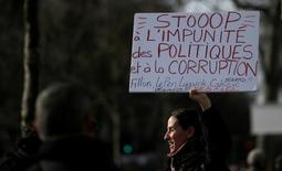 Des appels ont été lancés en vue d'une manifestation dimanche place de la République à Paris contre la corruption des élus, alors qu'un rassemblement de soutien à François Fillon se tiendra dans le même temps au Trocadéro. /Photo prise le 25 février 2017/REUTERS/Gonzalo Fuentes
