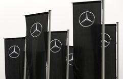 Banderas de Mercedes-Benz en una concesionaria de Daimler en Stuttgart, Alemania, feb  2, 2017. Daimler AG dijo que retirará de mercado para su reparación un millón de automóviles de la marca Mercedes-Benz en todo el mundo debido a riesgos de incendio, luego de que se reportaran 51 episodios de este tipo.     REUTERS/Michaela Rehle