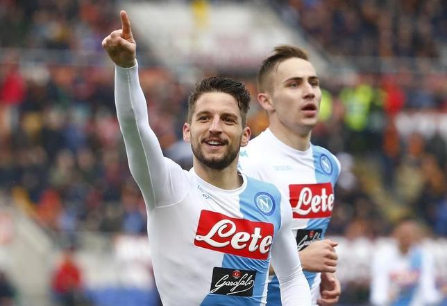 3月4日、サッカーのイタリア・セリエA、3位ナポリは敵地で2位ローマとの直接対決を2─1で制した。ドリース・メルテンス(手前)が2ゴール(2017年 ロイター/Tony Gentile)