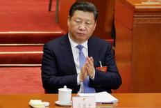 """El presidente de China, Xi Jinping, aplaude durante la sesión de apertura del Congreso Nacional del Pueblo en Pekín. Marzo 5, 2017. REUTERS/Jason Lee. China redujo el domingo su objetivo de crecimiento del PIB para este año, en momentos en que la segunda mayor economía del mundo impulsa dolorosas reformas para abordar un rápido aumento de la deuda y levanta un """"cortafuegos"""" contra los riesgos financieros."""