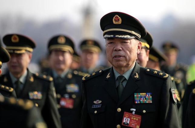 3月5日、中国で開幕した第12期全国人民代表大会(全人代)第5回会議は、海と空の防衛力強化を含めて軍への一段の支援を表明したが、国防費について具体的な数字を示さなかった。写真は、全人代の会場に向かう中国人民解放軍の代表。北京で4日撮影(2017年 ロイター/Jason Lee)