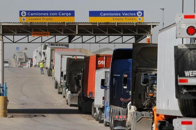 3月3日、メキシコのグアハルド経済相は、北米自由貿易協定(NAFTA)の近代化に向け、メキシコは協定見直しについて交渉する用意があるとの立場を表明した。米・メキシコ国境で2月撮影(2017年 ロイター/Jorge Duenes)