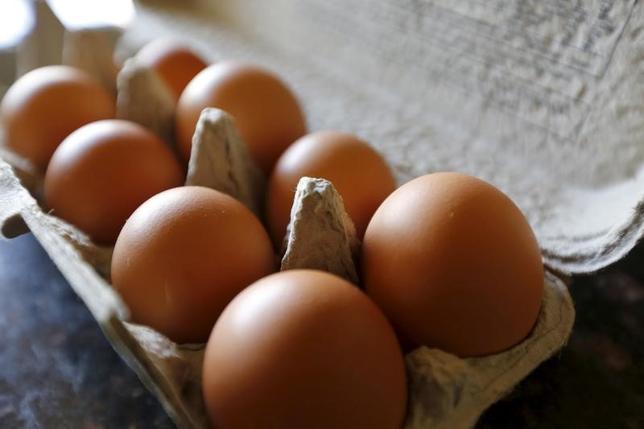 3月6日、米食肉加工大手タイソン・フーズが契約しているテネシー州の養鶏場で鳥インフルエンザのウイルスが検出されたことを受け、韓国は、米国からの家禽類の輸入を禁止すると発表した。写真は卵のカートンボックス。カリフォルニア州パームスプリングスで2015年8月撮影(2017年 ロイター/Sam Mircovich)
