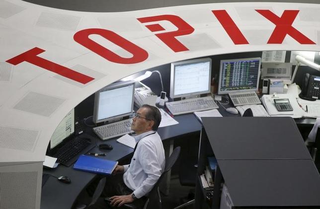 3月6日、東京株式市場で日経平均は続落。前週末にイエレンFRB(米連邦準備理事会)議長が3月の利上げに前向きな姿勢を見せたものの、ドル/円は弱含みで推移した。写真は2015年8月、東京証券取引所で撮影(2017年 ロイター/Toru Hanai)