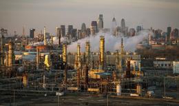 НПЗ Philadelphia Energy Solutions в Филадельфии. Цены на нефть снизились утром в понедельник, растеряв часть набранных по итогам предыдущей сессии позиций, из-за прогноза замедления роста ВВП Китая и сохраняющихся сомнений в приверженности России пакту ОПЕК.   REUTERS/David M. Parrott/File Photo